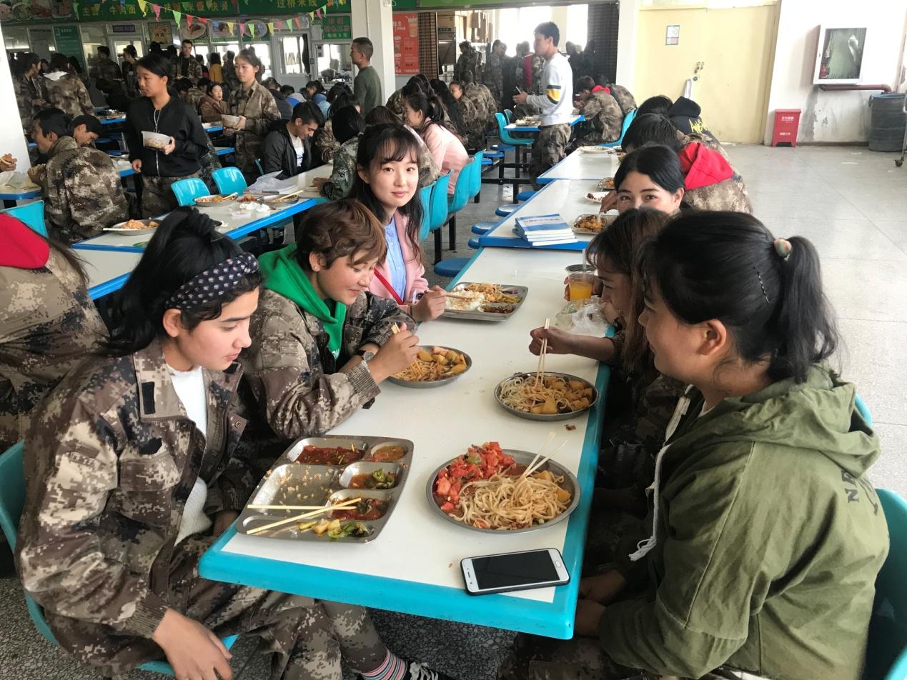民族团结,师生共餐